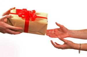 """Résultat de recherche d'images pour """"offrir partage cadeau main"""""""